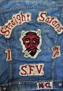 """Kutte und Abzeichen der """"Straight Satans"""""""