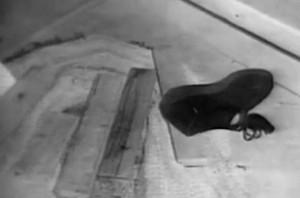 Schuh von Evelyn Hartley, der auf der Kellertreppe gefunden wurde